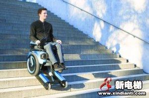 老楼没电梯? 神奇轮椅爬楼如履平地